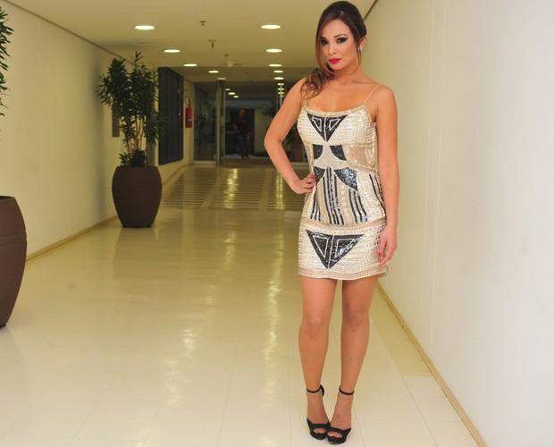 Carol Nakamura posa com vestido lindíssimo nos bastidores (Foto: Reinaldo Marques/TV Globo)