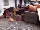 Moradores afetados pela chuva protestam em Mangaratiba, no RJ