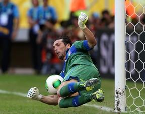 Buffon defende pênalti (Foto: Clive Rose/Getty Images)