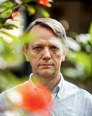 """VOZ DA PONDERAÇÃO André Singer, no jardim de sua casa, em São Paulo. """"Nós construímos este sistema partidário e custou muito construí-lo""""  (Foto: Roberto Setton/ÉPOCA)"""