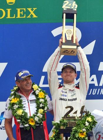 Nico Hulkenberg ergue cobiçado troféu das 24 Horas de Le Mans (Foto: AFP)