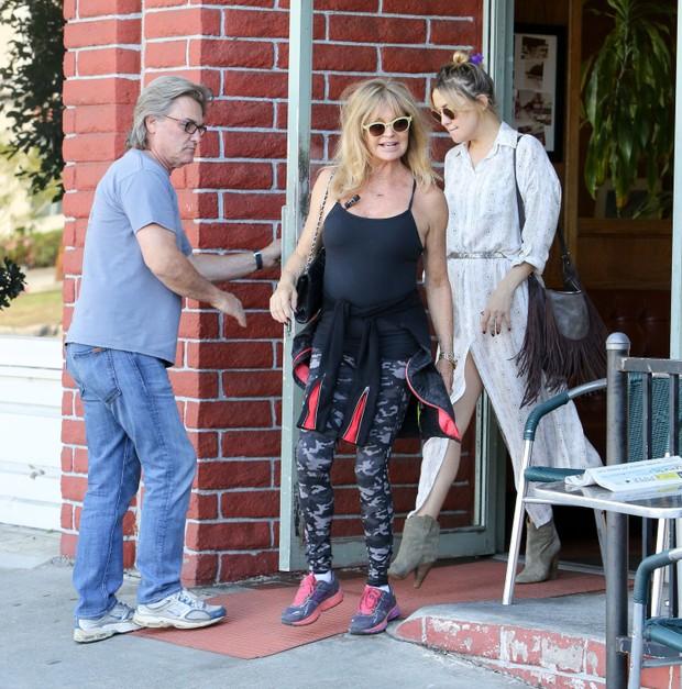 X17 - Kate Hudson com a mãe, Goldie Hawn, e o padrasto, Kurt Russell, em Los Angeles, nos Estados Unidos (Foto: X17online/ Agência)