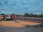 Caminhão carregado de milho tomba e motorista escapa no oeste da Bahia