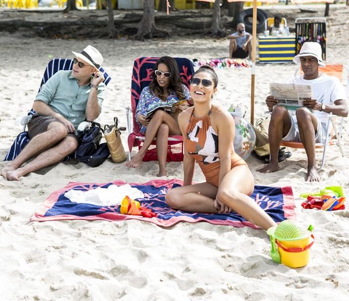 De maiô, Juliana Paes roda cena na praia ao lado de Marat, Samantha e Hélio  (Foto: Ellen Soares/Gshow)