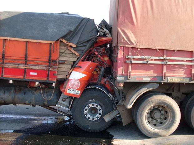 Caminhão bateu contra carreta na BR-242 (Foto: Foto: Divulgação/ PRF)