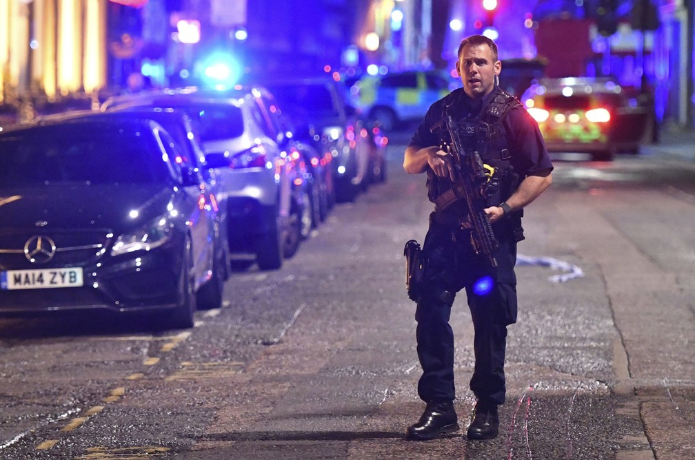 Muitos policiais se dirigiram para a região da London Bridge (Foto: Dominic Lipinski/PA via AP)