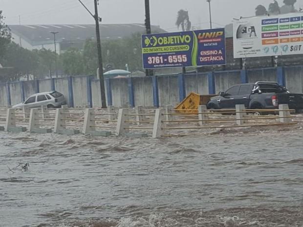 Forte chuva deixou ruas e avenidas de Batatais alagadas (Foto: Reprodução / EPTV)