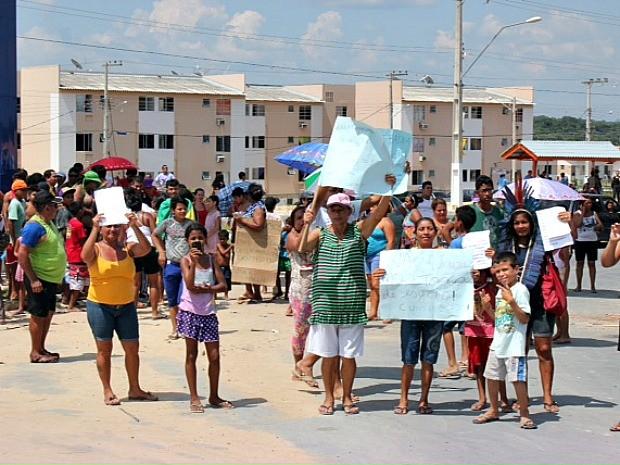 Moradores organizaram protesto nesta quinta (Foto: Adneison Severiano/G1 AM)
