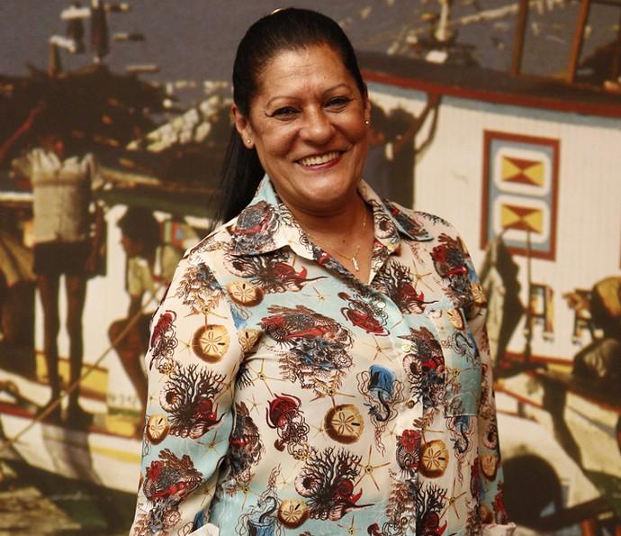 Luci Pereira posa sorridente na entrada do galpão (Foto: Inacio Moraes/ Gshow)