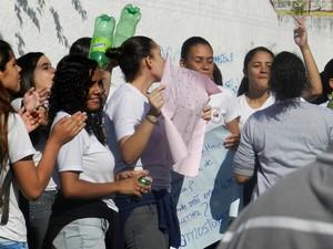 Alunos protestaram com cartazes, em Presidente Prudente (Foto: Stephanie Fonseca/G1)