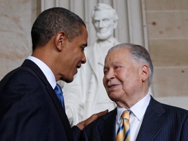 Edward Brooke, ex-senador, morto no último sábado (3), ao lado do presidente americano, Barack Obama (Foto: Jim Young / Reuters)