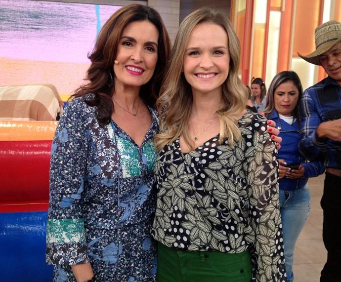 A atriz Fernanda Rodrigues posa com a Fátima nos bastidores  (Foto: Carolina Morgado/Gshow)