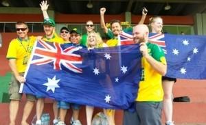 """Torcida organizada """"Green and Gold Army"""", da Austrália, prestigia o treino da equipe (Foto: Luciana Castro/ A Gazeta)"""