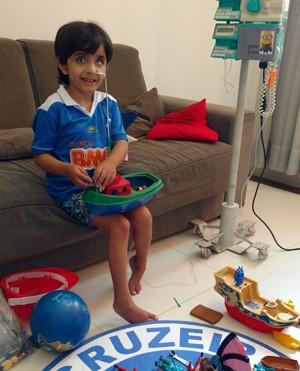 Matheus Oliveira, de 6 anos, está em internação domiciliar (Foto: Gecilene Oliveira/Arquivo Pessoal)