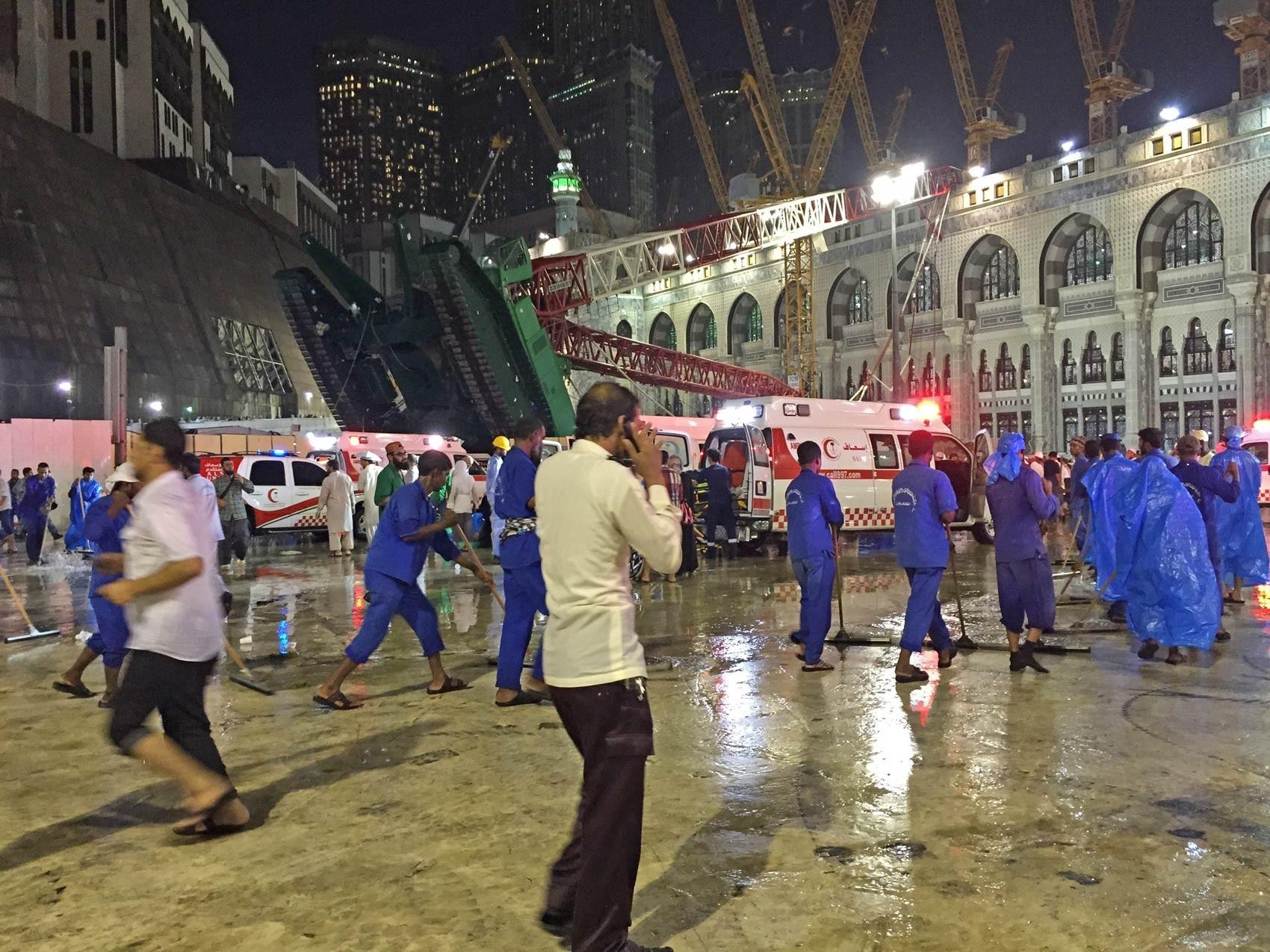 Ambulâncias são vistas ao redor de um guindaste que tombou na Grande Mesquita de Meca, Dezenas de pessoas morreram após um guindaste cair na mesquita que fica na Arábia Saudita, segundo a autoridade de Defesa Civil do país (Foto: Ozkan Bilgin/Anadolu Agency/Getty Images)