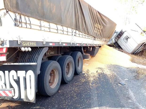 Acidente com carreta na BR-242, na Bahia (Foto: Blog do Sigi Vilares)