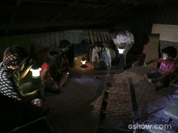 Trope do bem se esconde no forro do teto da casa de Celina (Foto: Felipe Monteiro/TV Globo)