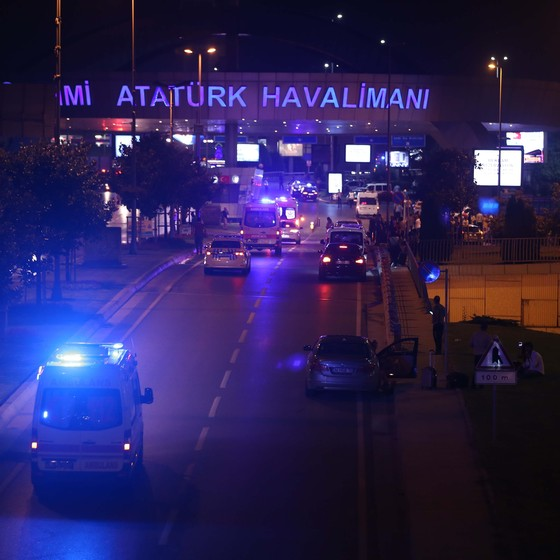 Duas explosões atingiram o aeroporto internacional Ataturk, em  Istambul, na Turquia (Foto: Veli Gurgah / Anadolu Agency / AFP)