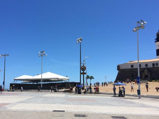 Estruturas das polícias começam a ser montadas na região do Farol da Barra (Foto: Henrique Mendes / G1)