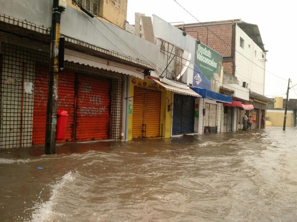 Rua no bairro de Afogados, no Recife, estava alagada no início da manhã desta quarta-feira (31) (Foto: Pedro Alves/G1)