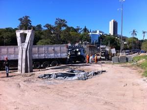 Viaduto Pinheiro Borba está sendo erguido perto do Beira-Rio (Foto: Marcio Luiz/G1)