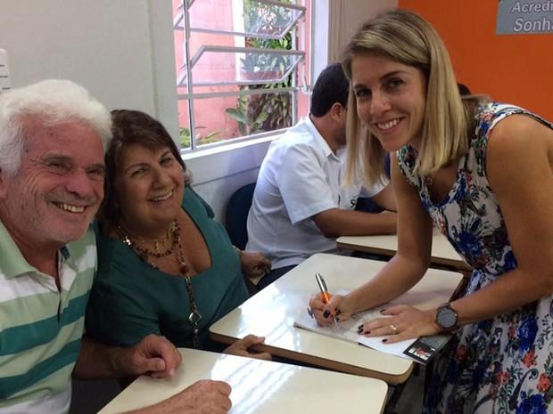 'Aprendendo com a vida' é nome de livro lançado em 2016 por moradora de Lavras, que superou tumor no cérebro (Foto: Arquivo pessoal/Lívia Salles)