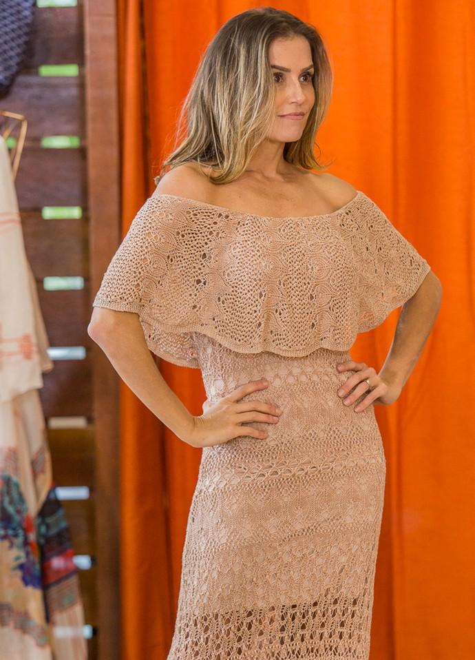 Deborah Secco escolhe vestido ideal para festa de criança (Foto: Artur Meninea/Gshow)