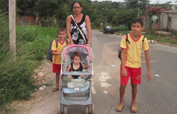 Doméstica Rosângela de Jesus Oliveira não mede esforços para que filhos estudem, em Aparecida de Goiânia, Goiás (Foto: Elisângela Nascimento/G1)