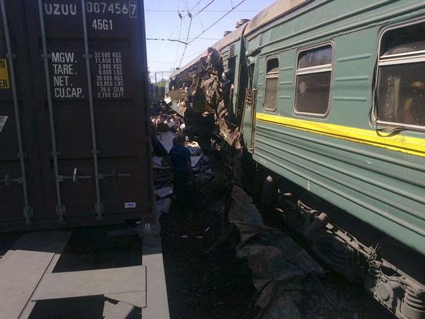 Trem de passageiros ficou danificado após ser atingido por composição de carga nesta terça-feira (20) na região de Moscou. Segundo as agências russas, quatro pessoas morreram e pelo menos 15 ficaram feridas (Foto: Russian Emergencies Ministry of Moscow Region/Reuters)