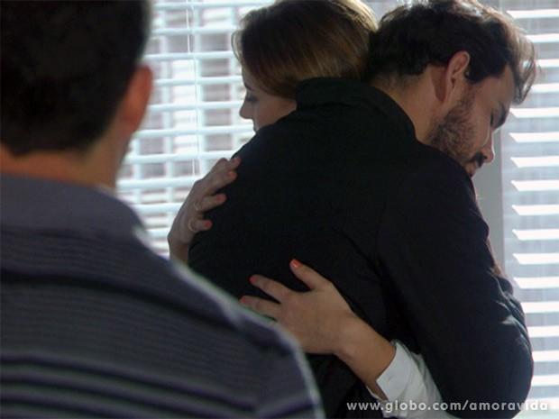 Bruno chega e vê abraço entre Ninho e Paloma (Foto: Amor à Vida / TV Globo)