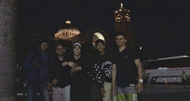 Biel com amigos em Aparecida do Norte após peregrinação (Foto: Reprodução/Instagram)