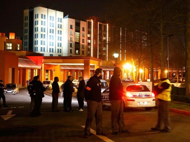 Policiais se reunem em frente ao New York Hotel, na Disneyland Paris, onde um homem foi preso nesta quinta-feira (28) (Foto: REUTERS/Jacky Naegelen)