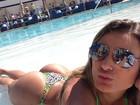 Andressa Urach posa de microbiquíni em piscina de hotel em Las Vegas