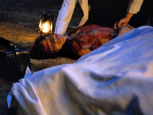 Dona Rita não resiste e morre após o acidente (Foto: Gabriela / TV Globo)