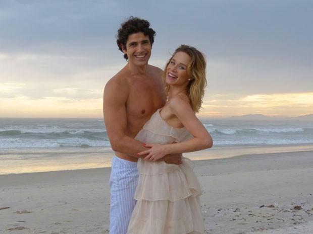 Giane e Mariana gravaram na praia cenas de Nando e Juliana (Foto: Guerra dos Sexos / TV Globo)