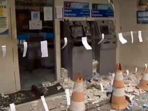 Caixa eletrônico é explodido em Feira de Santana (Foto: Imagens/TV Subaé)