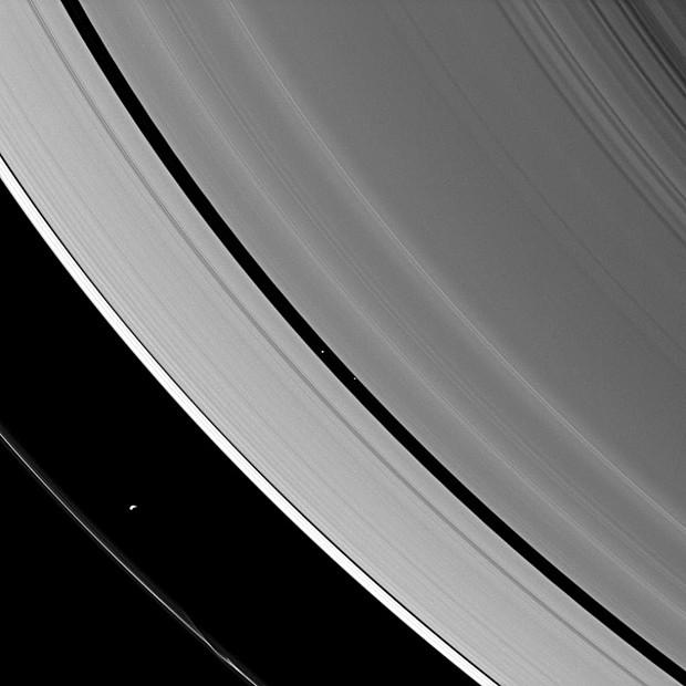 Luas de Saturno são vistas entre os anéis do planeta (Foto:  Nasa/JPL-Caltech/Space Science Institute)