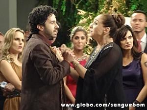 Rola clima entre perua e Barrabás (Foto: Sangue Bom/TV Globo)
