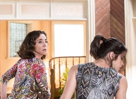 Francesca dá tapa na cara de Carmela após discussão