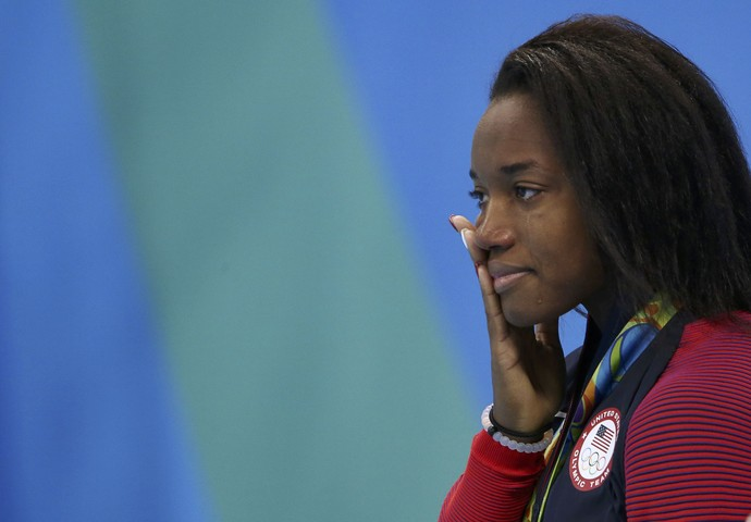 Simone Manuel chora no pódio (Foto: Marcos Brindicci/REUTERS)