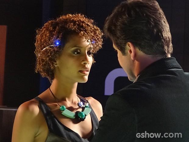 Verônica testa a engenhoca de Jonas Marra e rola um clima entre eles (Foto: Geração Brasil / TV Globo)