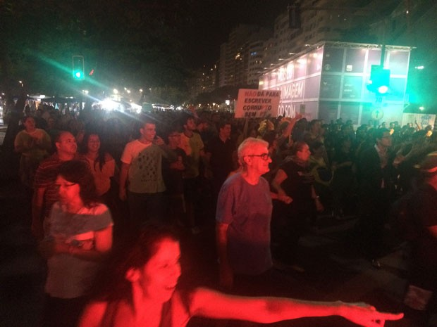 Manifestantes que caminharam do Centro do Rio de Janeiro até Copacabana, por quase 10 quilômetros, acabam de se encontrar com o grupo que se concentrava na altura do posto 5, na orla do bairro. (Foto: G1)
