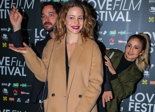 Leandra Leal e Nanda Costa fazem graça em première