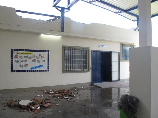 Prédio do refeitório destruído: força do vento arrancou telhado e abriu rachaduras no teto e nas paredes (Foto: Alba Valéria Mendonça/ G1)