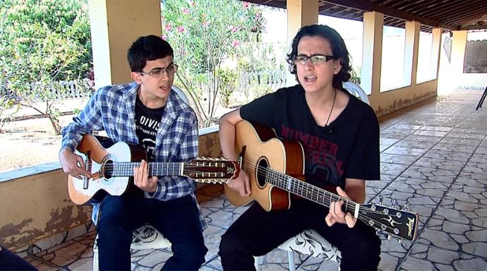 Os jovens começaram a misturar viola e rock após serem chamados de 'caipiras' (Foto: Reprodução / EPTV)