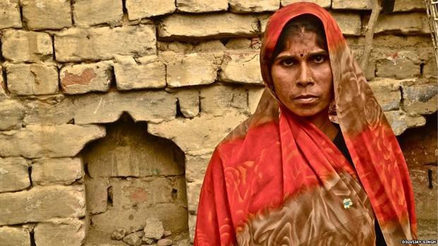 """Marisha, de Uttar Pradesh, limpa banheiros de 20 casas todos os dias: """"Eu uso um prato de lata e uma vassoura pra remover as fezes que acumulam no vaso, coloco os excrementos no cesto, levo e jogo fora. É um trabalho tão ruim que eu nem tenho vontade de comer"""". (Foto: Digvijay Singh/BBC)"""