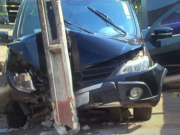 PM é baleado durante assalto e suspeitos batem carro da vítima durante fuga; dois morreram e um ficou ferido Goiânia Goiás (Foto: Reprodução/TV Anhanguera)