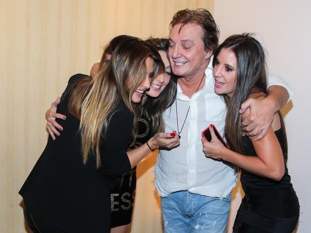 Fábio Jr. com as filhas Cleo Pires, Tainá Galvão e Krízia Galvão em show em São Paulo (Foto: Manuela Scarpa/ Brazil News)