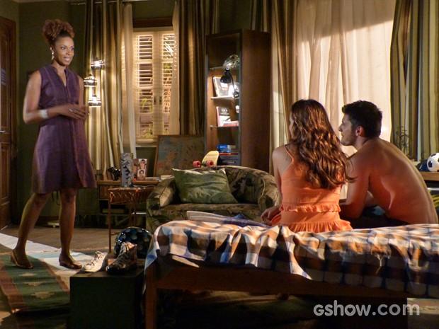 Dulce aparece no quarto de André e acaba interrompendo romance entre ele e Luiza (Foto: Em Família/ TV Globo)
