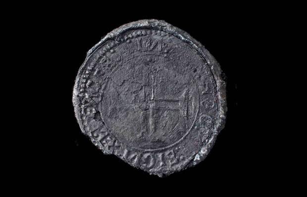 Arqueólogos encontraram moedas e objetos que seriam do naufrágio de um dos navios que faziam parte da frota do explorador português Vasco da Gama (Foto: Blue Water Recoveries company/AP)